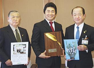 受賞盾を手に喜ぶ加藤さん(中央)、遠藤市長(右)、JAさがみ座間地区運営委員長の川島健三さん