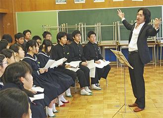 秋川さんから直接指導を受ける生徒たち