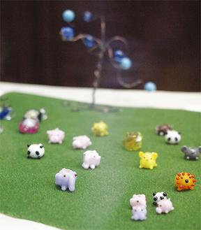 大人向けのアクセサリー、子ども向けには動物が展示されている