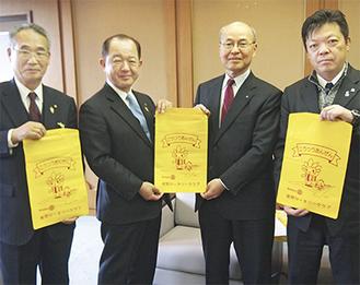 10日に寄贈式が行われた。左から金子槇之輔教育長、遠藤市長、大矢会長、クラブ幹事の溝渕信一さん