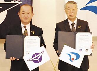 調印を交わした遠藤市長(左)と栗林市長