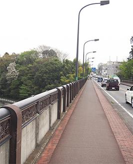 ▲現在の小池大橋。左手前側に、現在も事故の痕跡が残る