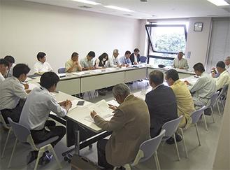 関係者が集まり、調整を進める(5月25日撮影)