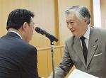感謝状を受け取る大塚和光前会長(右)