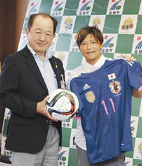 遠藤市長(左)に、ワールドカップ準優勝を報告した大野選手