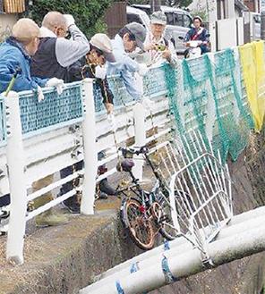 川底から引き揚げた自転車