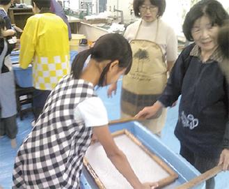 紙すきに挑戦する児童