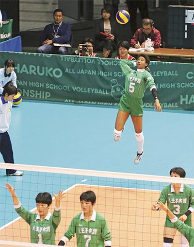 最高到達点297センチを誇る東谷選手(八王子実践高提供)
