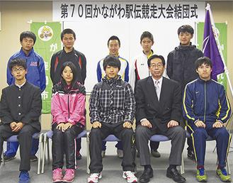 善戦を誓った野村キャプテン(前列中央)と選手ら=座間市役所