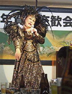 不死鳥ドレスを纏って歌うエンジェルひばりさん