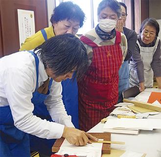 川人さん(左)の指導のもと、修理方法を学んだ