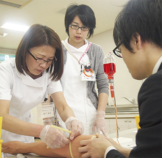 採血の流れを確認する参加者