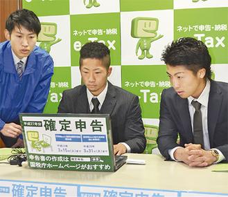 真剣な表情でパソコンに向かう尚弥選手(右)と拓真選手(中央)