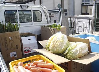 荷台いっぱいの野菜を学園に届けた