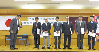 芥川支部長(左)から証書を受け取った6人