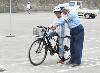 交通指導員からアドバイスを受ける児童