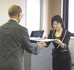 当選証書授与式の様子。右が佐藤弥斗氏