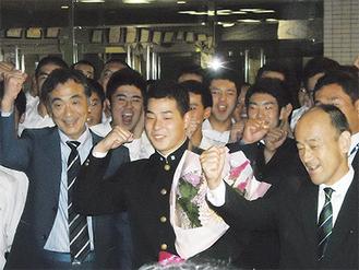 部員や監督らと喜ぶ大江選手(中央)※学校より写真提供