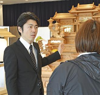 斎場を案内する社員の矢嶋さん
