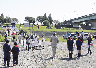 相模川河川敷での清掃活動=2014年9月