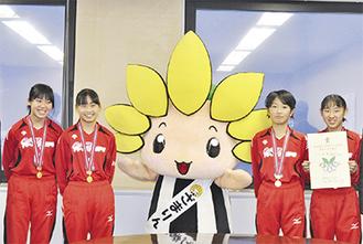 座間市役所を訪問しざまりんと記念撮影する(右から)中尾さん、友田さん、東川さん、守瀬さん