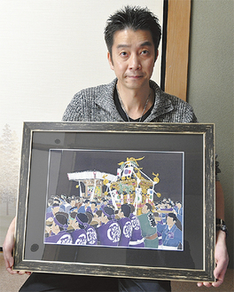 神輿渡御を描いた染額を手にする佐波古さん