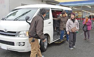 送迎車を利用する買い物客