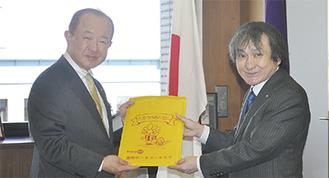 遠藤市長(左)にランドセルカバーを手渡す江成会長