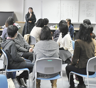 グループワークをする参加者にアドバイスを送る長島さん