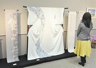 鮮やかな着物や帯などが多数展示されている