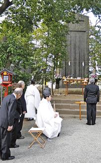 忠魂碑の前で行われた慰霊祭