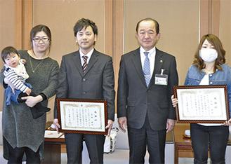 贈呈式で笑顔を見せる(右から)大村さん、遠藤市長、冨田さん家族