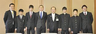 遠藤市長(右から4人目)と訪問した学園関係者