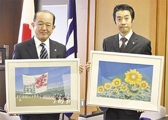 染額を手にする遠藤市長(左)と佐波古さん
