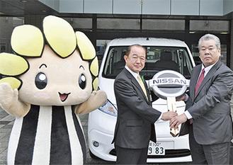 日野執行役員(右)からマスコットキーを受け取る遠藤市長