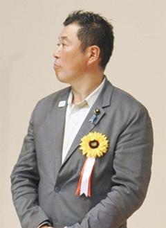 報告会に臨む芥川県議