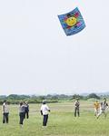 川原で凧揚げするあすなろ大学のメンバー