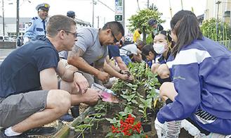 植栽を通して交流する参加者