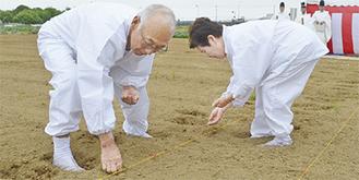 粟の種をまく小林さん夫妻