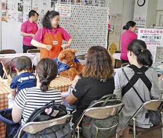 ベビーサインの講習を受ける参加者