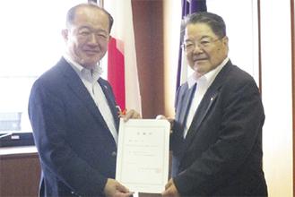遠藤市長(左)に委嘱状を手渡す飛田会長=座間市社協提供