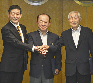 右から波形会長、遠藤市長、阿施取締役