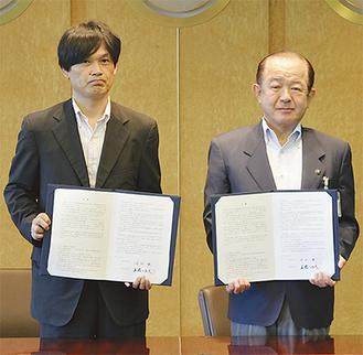 覚書を手にする遠藤市長(右)、堀地局長