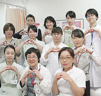 坂本医師(前列中央)を含め検診スタッフは全員女性