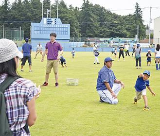 投げ方を教える鈴木尚典さん(右から2番目)
