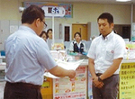 神山さん(右)、佐藤浩二生活安全課長=同署提供
