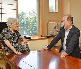 談笑する遠藤市長(右)、清水さん