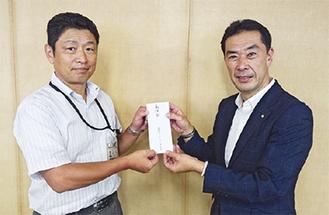 義援金を渡す細川会長(右)