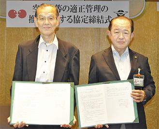 締結式に臨む遠藤市長(右)と戸田理事長