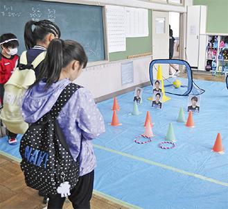 輪投げを楽しむ児童